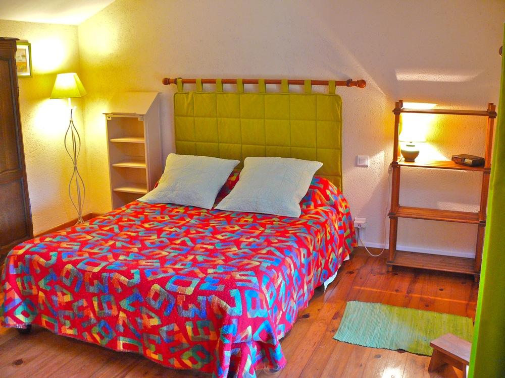 Grand lit avec des lampes pour la lecture des 2 côtés