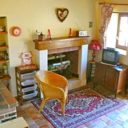 En bas, il y a un espace salon-cuisine avec accès dans la cour