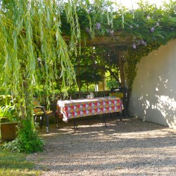 A côté du gîte, une terrasse ombragée sous une magnifique glycine