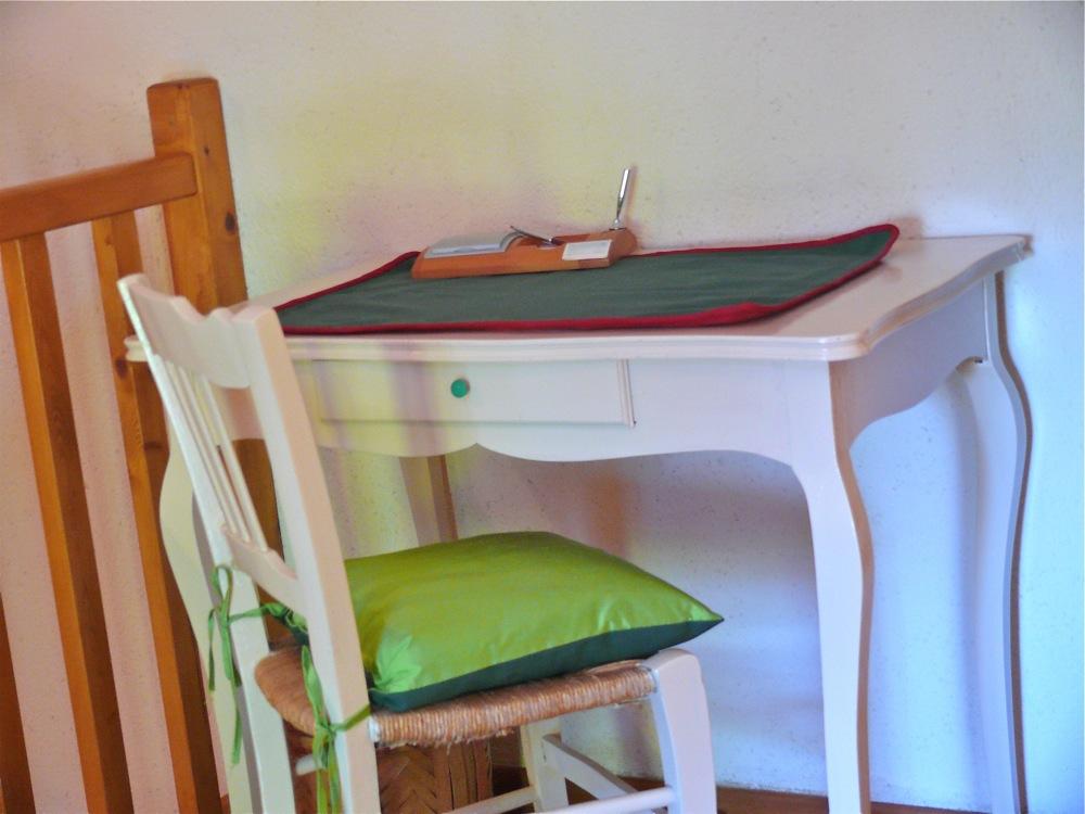 La chambre est équipée d'une armoire, d'un porte-vêtement, d'un bureau...